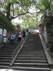 江ノ島の男坂は急ではありますが、短く、すぐに江島神社の辺津宮(へつのみや)がみえてきます。