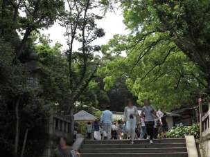 江島神社、辺津宮から中津宮に向かいます(進行方向反対側からの写真)。