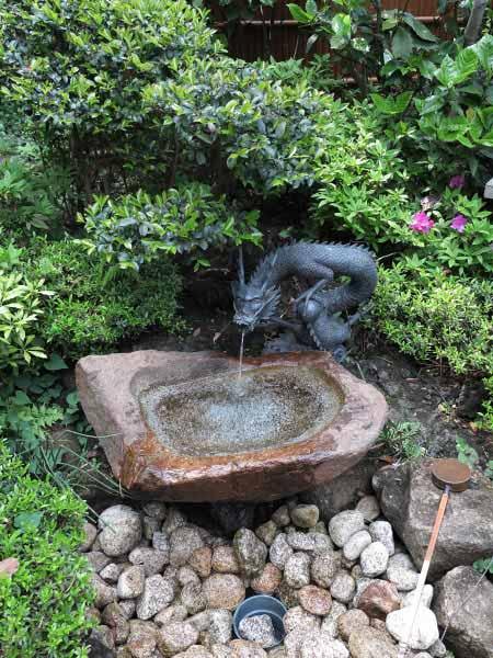 江島神社、中津宮左側にある水琴窟(すいきんくつ)。