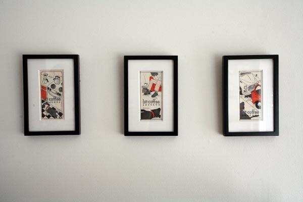 bit coffee開店のために発注し、パッケージなどに使われている銅版画家・山田奈乙介さんの作品が飾られています。
