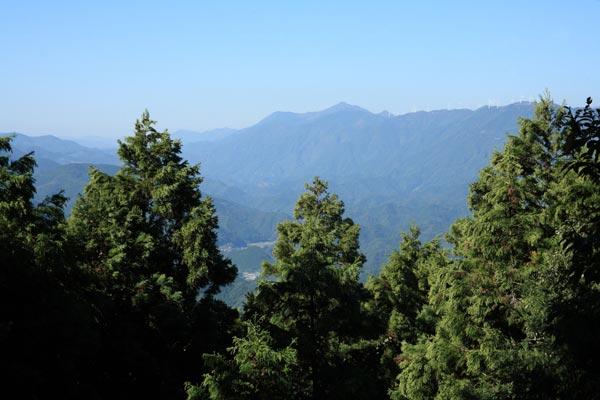 土佐の難所、朽木峠からみる梼原の山々。霞んでみえる山を越えて伊予長浜へとむかいます。