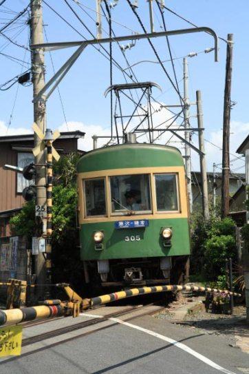 稲村ケ崎駅に入る前の踏切を渡る江ノ電。写真は、残念ながら最後の1編成2両となってしまった300系。