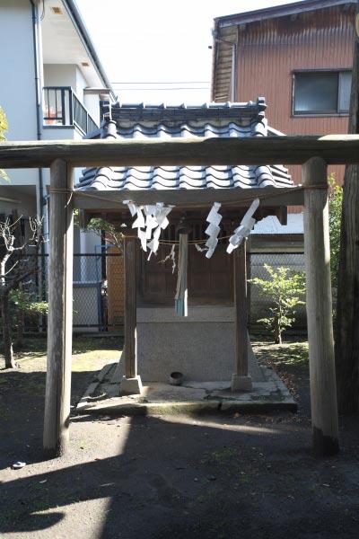 巽神社境内にあるもう一つの小さな祠。