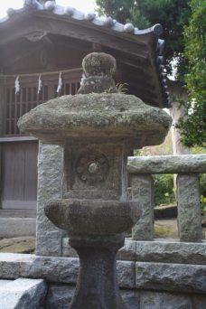 相馬天王(八坂神社)境内の燈籠。風雨に穿たれた上部の形状が魅力的。