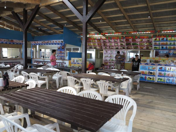 タイ村の中。4つのタイ料理店が出店しているため、一面に迷ってしまうほどのメニューが並んでいます。 width=