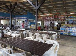 タイ村の中。4つのタイ料理店が出店しているため、一面に迷ってしまうほどのメニューが並んでいます。