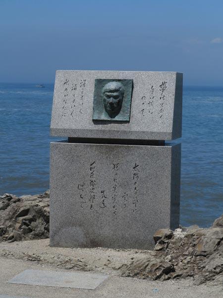 森戸大明神裏手の御殿原へと降りる階段手前には石原裕次郎氏の記念碑があります。