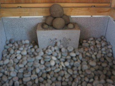 森戸大明神境内にある子寶石の納所。写真がぼやけているのは、石の名前が読めないように加工したためです。