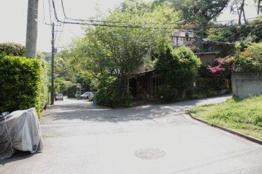 天園ハイキングコース瑞泉寺口は天園の門を過ぎてすぐ右の細い道をはいります。