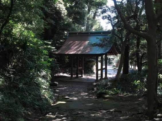 神武寺表参道。総門に到着です。付近に手洗いがあります。