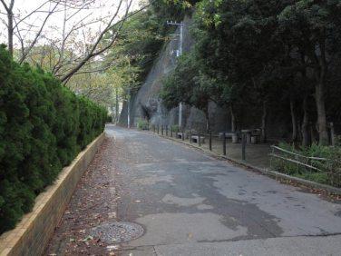 逗子中学校手前を右折してからは中学校に沿って進みます。