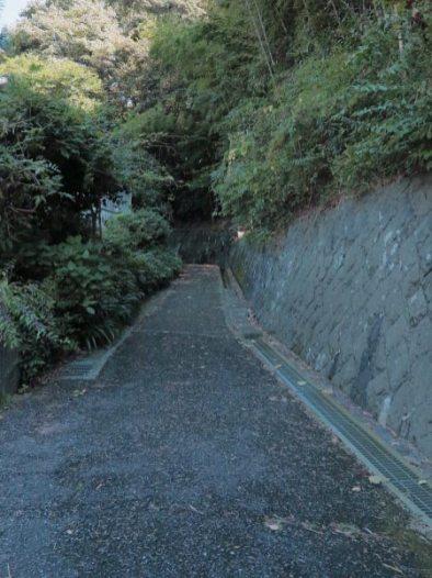 神武寺表参道。石塔を過ぎると最初は少しだけ舗装路。