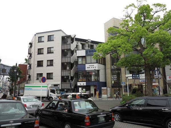 畔家は青い塗装がみえるビルの3階。鎌倉駅西口(裏駅)、改札を背にしてやや左手にみえます。