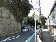 三浦為清の屋敷があったとされる、大楠小学校(写真右)前の大地「城山」(写真右)