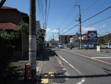 五霊神社前の道は横須賀線と並行して走り、東逗子駅も近くです。線路の反対側には法勝寺や光照寺があり、五霊神社前から線路を渡ることができます。