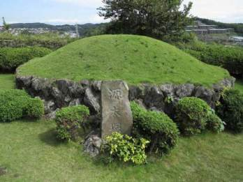 仏行寺の源太塚には梶原景季の片腕が埋められていると伝わります。