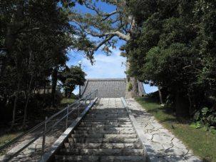 東漸寺境内へと心地よく上る階段。