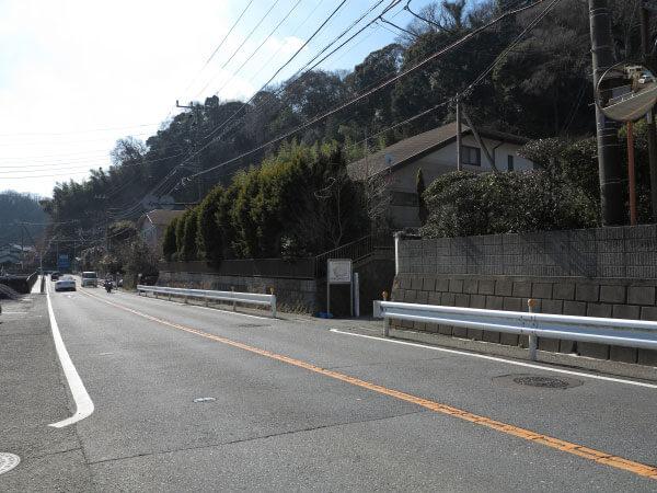 大江稲荷は金沢街道沿いにあります。写真前が鎌倉駅方面、後は朝比奈切通し(朝比奈峠)方面。