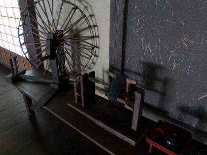 旧石井家住宅内に展示された糸巻き。