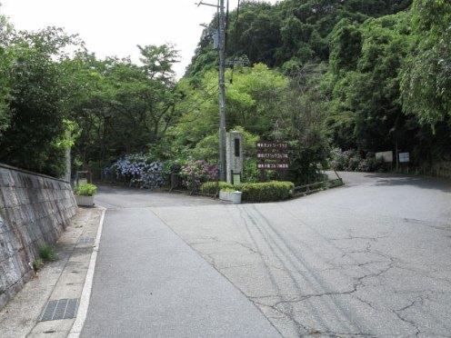 左の道が称名寺(今泉不動)の入口。右は史跡破壊のゴルフ場。