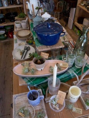 HMTの店内。調理器具や食器。食卓をイメージした商品が並んでいます。