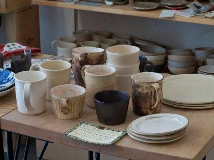 宮崎の陶器作家サキムラ久さんの作品が並ぶテーブル。店内のカフェでも使用されています。とても使いやすいです。