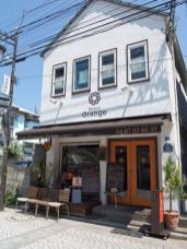 Bistrot Orange(ビストロ オランジュ)の外観。鎌倉駅裏駅(西口)から御成通りに入ってすぐです。