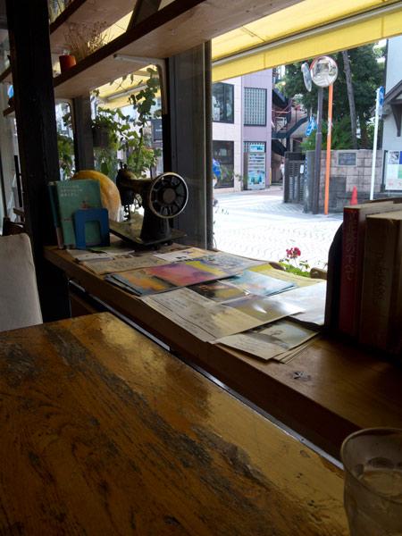 Rakaposhi(ラカポシ)の店内。ガラス張りなので御成通りの往来がみえます。