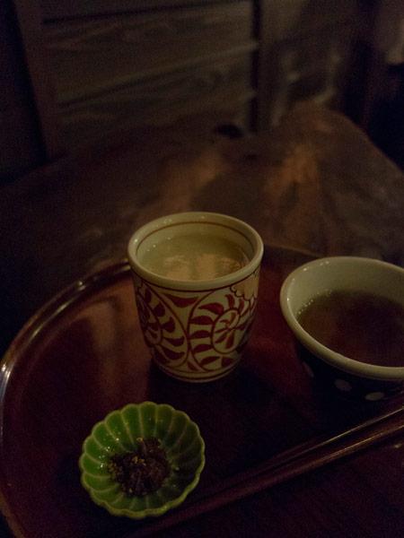米と米麹だけでつくったここの甘酒は大変美味しいです。塩昆布とお茶がつきます。本当はもっと暗いのですが、写真の都合で少し明るくしました。