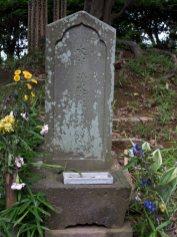 木曽塚の石碑。木曽清水冠者義高公之墓と刻まれています。