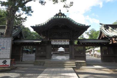 三嶋大社の神門。この門をくぐると御殿、舞殿です。