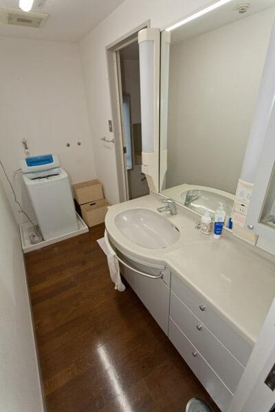 洗面所と洗濯場。右奥が風呂です。