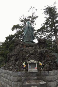 清澄寺、旭が森の日蓮像。日蓮は、ここで外房に昇る朝日とともに悟りを開き、立教開宗しました。今日もその朝日は変わりません。