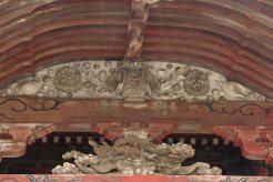清澄寺、大堂の彫刻。亨保16年(1731年)頃、嶋村唐四郎の作と推定されています。内容は説明板を引用します。「清澄寺本堂には数多くの彫刻がとり付けられています。懸魚には「鳳凰」、向拝には「蓬莱鳥」と愛染明王の台座、柱の左右の木鼻には「獅子と象」、そして、東西の破風には、阿吽の「力士像」一対が飾られています。(以下、略)」