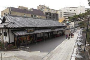参道右には土産物屋が並びます。