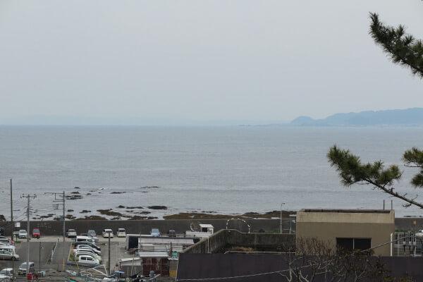 誕生寺、太田堂からみる小湊の港と海。