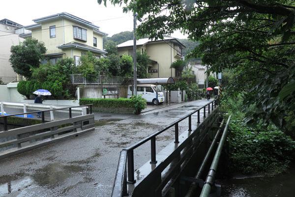 穴子丼の左可井。杉本寺を背に犬懸橋から。