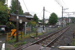 成福寺。手前に見えるのはJR横須賀線の線路。
