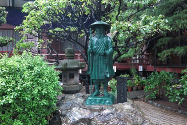 成福寺境内の親鸞聖人像。