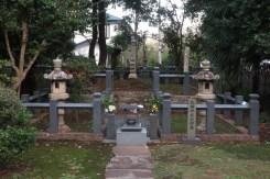 願成就院境内にある「北条時政の墓」。