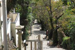 伊豆山神社。市道から伊豆山浜へと向かう参道。