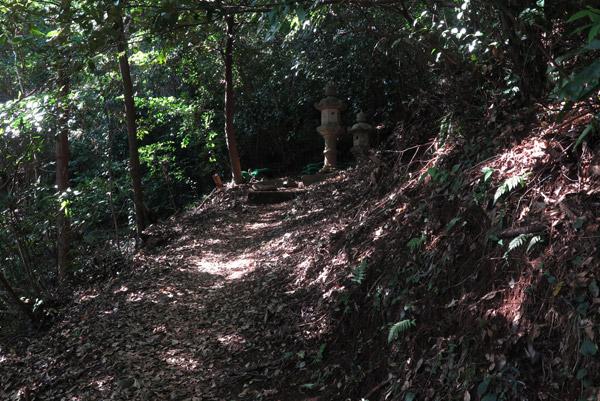 伊豆山神社。本宮までの参拝路。