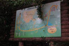 安達盛長の墓の近くにある案内板。ここからハイキングコースに入れます。