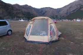 「富士の巻狩り」が行われたあたりにある有名キャンプ場「ふもとっぱら」。富士の巻狩りを空想するには良い場所です。写真のテントはハロアウトドアさんで購入したドイツ製の「ハイピーク アモラ5」。
