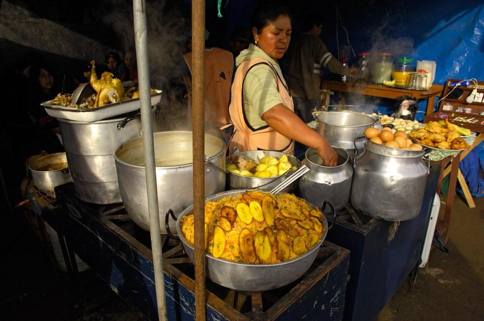ECUADOR. OTAVALO. Puesto de comida en el Mercado de animales.