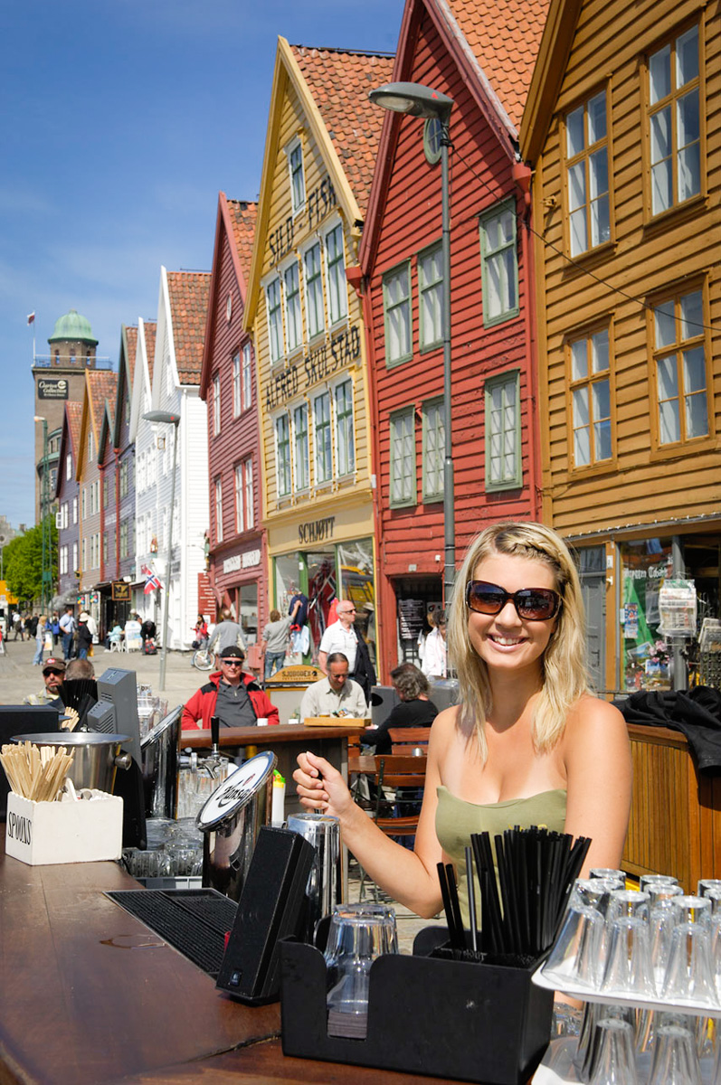 NORUEGA. FIORDOS. BERGEN. Bar en el muelle Bryggen.
