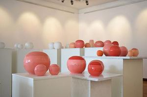 """Aldonos Keturakienės keramikos parodos """"Jos kambarys"""" fragmentas"""
