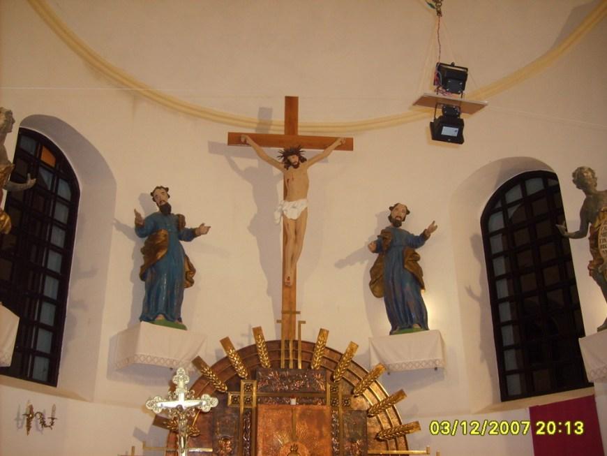 Деревянные фигуры Святых апостолов Петра и Павла в алтаре, 2007 год.