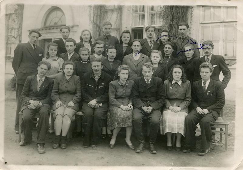 Учителя. В первом ряду вторая справа Светлана Леонидовна Курылёва - известная в нашем крае писательница и журналистка, член Союза писателей Беларуси.