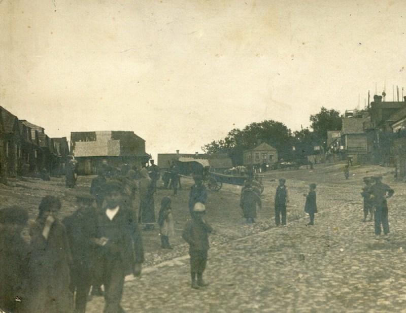 Бруковка на улице. Люди стоят на будущей улице Ленина. Между 1912 и 1914 годом